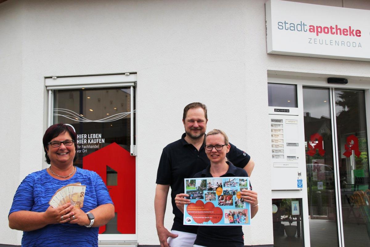Frau Mohrholz von der EKK Jena und Frau Dr. Fritzsche von der stadtapotheke ZEUELENRODA bei der Spendenübergabe